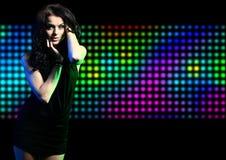 Εκφραστικό κορίτσι μόδας που χορεύει στο disco στοκ φωτογραφίες με δικαίωμα ελεύθερης χρήσης
