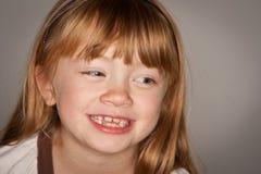 Εκφραστικό πορτρέτο ενός λατρευτού κοκκινομάλλους κοριτσιού στο γκρι Στοκ Φωτογραφίες