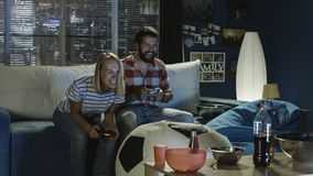 Εκφραστικό videogame παιχνιδιού ζευγών στο σπίτι Στοκ εικόνα με δικαίωμα ελεύθερης χρήσης