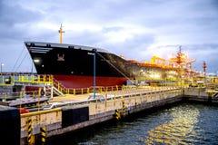 Εκφόρτωση ενός σκάφους βυτιοφόρων Στοκ εικόνα με δικαίωμα ελεύθερης χρήσης