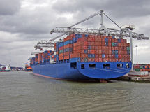 εκφόρτωση πλοίων μεταφοράς τυποποιημένων εμπορευματοκιβωτίων Στοκ φωτογραφία με δικαίωμα ελεύθερης χρήσης