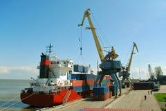 εκφόρτωση σκαφών εμπορε&upsil Στοκ φωτογραφία με δικαίωμα ελεύθερης χρήσης