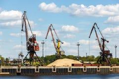 Εκφόρτωση των σιδηροδρομικών βαγονιών εμπορευμάτων με την άμμο για τις εγκαταστάσεις γυαλιού Bor Στοκ Φωτογραφίες