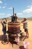 εκχύλισμα του χυμού σταφυλιών που κατασκευάζει το κόκκινο κρασί Στοκ εικόνα με δικαίωμα ελεύθερης χρήσης