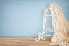 εκλεκτής ποιότητας άσπρα κορυφή και μαργαριτάρια δαντελλών τσιγγελακιών Στοκ εικόνες με δικαίωμα ελεύθερης χρήσης