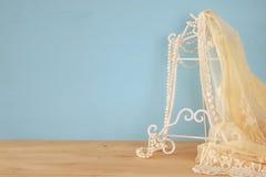 εκλεκτής ποιότητας άσπρα κορυφή και μαργαριτάρια δαντελλών τσιγγελακιών Στοκ Εικόνα