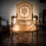 Εκλεκτής ποιότητας άσπρη και χρυσή πολυθρόνα πολυτέλειας που απομονώνεται Στοκ Φωτογραφία