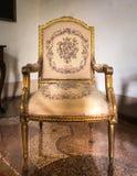 Εκλεκτής ποιότητας άσπρη και χρυσή πολυθρόνα πολυτέλειας Στοκ Εικόνες