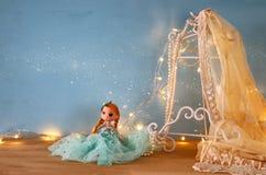 εκλεκτής ποιότητας άσπρη κορυφή δαντελλών τσιγγελακιών, μαργαριτάρια και χαριτωμένη κούκλα Στοκ φωτογραφία με δικαίωμα ελεύθερης χρήσης