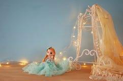 εκλεκτής ποιότητας άσπρη κορυφή δαντελλών τσιγγελακιών, μαργαριτάρια και χαριτωμένη κούκλα Στοκ Φωτογραφία