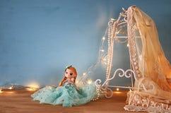 εκλεκτής ποιότητας άσπρη κορυφή δαντελλών τσιγγελακιών, μαργαριτάρια και χαριτωμένη κούκλα Στοκ Εικόνες