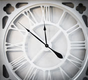 Εκλεκτής ποιότητας άσπρος χρόνος ρολογιών μετάλλων Στοκ Εικόνες