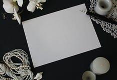 Εκλεκτής ποιότητας έγγραφο, λουλούδια και χάντρες Στοκ Φωτογραφίες