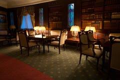 Εκλεκτής ποιότητας λέσχη νύχτας σχεδίου πολυτέλειας με τη βιβλιοθήκη Στοκ εικόνα με δικαίωμα ελεύθερης χρήσης