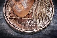 Εκλεκτής ποιότητας δίσκος ορείχαλκου με τη φραντζόλα του φρέσκος-ψημένου καφετιού σίτου ψωμιού ry Στοκ Εικόνα