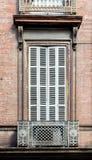 Εκλεκτής ποιότητας αγροτικά αερισμένα κλειστά ξύλινα παραθυρόφυλλα παραθύρων στο τούβλο Στοκ Φωτογραφίες