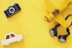 εκλεκτής ποιότητας αεροπλάνο παιχνιδιών, παλαιά κάμερα φωτογραφιών και πειραματικά γυαλιά Στοκ Φωτογραφία
