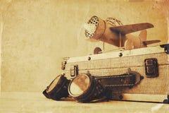 εκλεκτής ποιότητας αεροπλάνο παιχνιδιών, πειραματικά galsses και παλαιά βαλίτσα Στοκ φωτογραφία με δικαίωμα ελεύθερης χρήσης