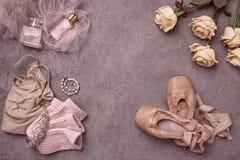 Εκλεκτής ποιότητας ακόμα ζωή με τα τριαντάφυλλα και τα παπούτσια μπαλέτου Στοκ Φωτογραφίες