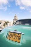 Εκλεκτής ποιότητας αμερικανικό αυτοκίνητο σε Capitolio που χτίζει την Αβάνα Κούβα Στοκ εικόνες με δικαίωμα ελεύθερης χρήσης