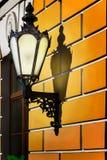 Εκλεκτής ποιότητας λαμπτήρας οδών στον τοίχο Στοκ εικόνες με δικαίωμα ελεύθερης χρήσης