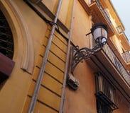 Εκλεκτής ποιότητας λαμπτήρας στον τοίχο μιας πολυκατοικίας Στοκ εικόνα με δικαίωμα ελεύθερης χρήσης