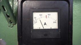 Εκλεκτής ποιότητας αναλογικό αμπερόμετρο στο πράσινο υπόβαθρο απόθεμα βίντεο
