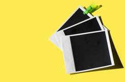 Εκλεκτής ποιότητας αναδρομικές στιγμιαίες φωτογραφίες σε ένα κίτρινο υπόβαθρο Στοκ εικόνα με δικαίωμα ελεύθερης χρήσης