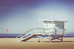 Εκλεκτής ποιότητας αναδρομική εικόνα του ξύλινου πύργου lifeguard, παραλία σε Califo Στοκ φωτογραφία με δικαίωμα ελεύθερης χρήσης