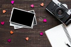 Εκλεκτής ποιότητας αναδρομική κάμερα και κενό πλαίσιο φωτογραφιών με το κενό σημειωματάριο Στοκ εικόνα με δικαίωμα ελεύθερης χρήσης