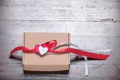 Εκλεκτής ποιότητας αναδρομικό παρόν κορδελλών καρδιών δώρων ημέρας βαλεντίνων φυσικό Στοκ Φωτογραφία