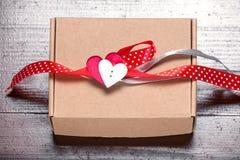 Εκλεκτής ποιότητας αναδρομικό παρόν κορδελλών καρδιών δώρων ημέρας βαλεντίνων φυσικό Στοκ φωτογραφίες με δικαίωμα ελεύθερης χρήσης