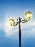 Εκλεκτής ποιότητας ανοικτό φως λαμπτήρων οδών στο μπλε ουρανό δονούμενο Στοκ Φωτογραφία