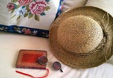 Εκλεκτής ποιότητας αντικείμενα, καλύβα αχύρου, ημερολόγιο, γυαλιά, χειροτεχνία βελονιών στοκ φωτογραφίες με δικαίωμα ελεύθερης χρήσης