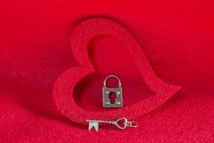 Εκλεκτής ποιότητας ασημένιες κλειδί και κλειδαριά σκελετών σε ένα κόκκινο υπόβαθρο καρδιών Στοκ εικόνα με δικαίωμα ελεύθερης χρήσης