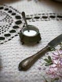 Εκλεκτής ποιότητας ασημικές: αλατισμένος δονητής και ένα μαχαίρι Στοκ φωτογραφία με δικαίωμα ελεύθερης χρήσης