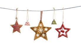 Εκλεκτής ποιότητας αστέρια και κουδούνια Χριστουγέννων που κρεμούν στη σειρά που απομονώνεται Στοκ Φωτογραφία