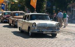 Εκλεκτής ποιότητας αυτοκίνητα την ημέρα πόλεων Στοκ εικόνα με δικαίωμα ελεύθερης χρήσης