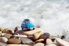 Εκλεκτής ποιότητας αυτοκίνητο παιχνιδιών που σταθμεύουν κοντά στη θάλασσα μικρό ταξίδι χαρτών του Δουβλίνου έννοιας πόλεων αυτοκι Στοκ Φωτογραφίες