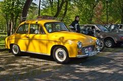 Εκλεκτής ποιότητας αυτοκίνητο Syrena 105 που σταθμεύουν Στοκ Εικόνα