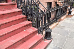 Εκλεκτής ποιότητας βήματα πόλεων στο κόκκινο σε ένα πολυάσχολο μέρος της κωμόπολης στοκ φωτογραφία με δικαίωμα ελεύθερης χρήσης
