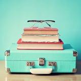 Εκλεκτής ποιότητας βαλίτσα και γυαλιά στοκ εικόνα με δικαίωμα ελεύθερης χρήσης