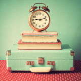 Εκλεκτής ποιότητας βαλίτσα και ρολόι στοκ εικόνα με δικαίωμα ελεύθερης χρήσης