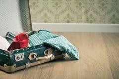Εκλεκτής ποιότητας βαλίτσα με τα κόκκινα θηλυκά παπούτσια Στοκ φωτογραφία με δικαίωμα ελεύθερης χρήσης