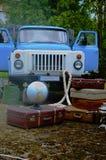 Εκλεκτής ποιότητας βαλίτσες με τη σφαίρα, με το φορτηγό απορρίψεων Στοκ εικόνες με δικαίωμα ελεύθερης χρήσης