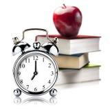 Εκλεκτής ποιότητας βιβλία Apple βιβλίων σωρών συναγερμών ρολογιών που απομονώνεται Στοκ Φωτογραφία