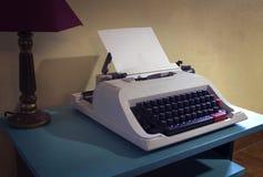 Εκλεκτής ποιότητας γραφομηχανή στον υπολογιστή γραφείου στοκ φωτογραφία με δικαίωμα ελεύθερης χρήσης