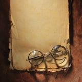 Εκλεκτής ποιότητας γυαλιά σε παλαιό χαρτί στοκ εικόνες με δικαίωμα ελεύθερης χρήσης