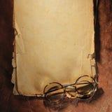 Εκλεκτής ποιότητας γυαλιά σε παλαιό χαρτί στοκ φωτογραφίες