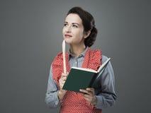 Εκλεκτής ποιότητας γυναίκα με το cookbook στοκ εικόνες